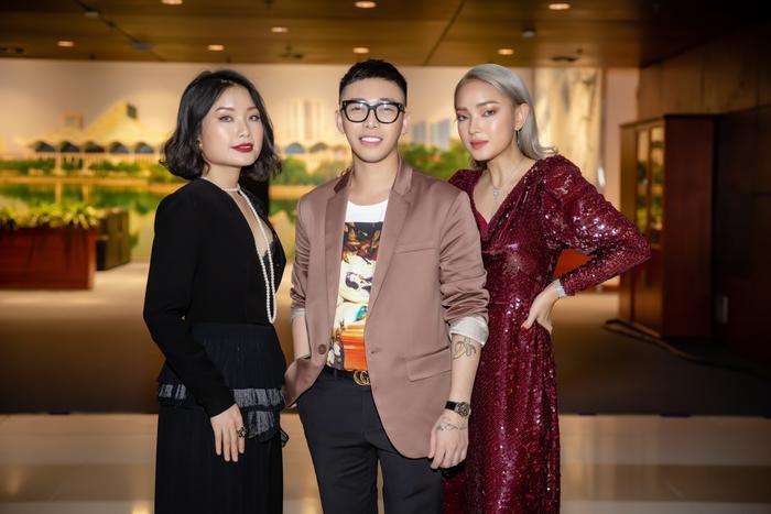 Được biết thương hiệu đồng hồ Hoàng Ku đeo là của hãng Piaget làm từ vàng hồng 18k trên website của hãng là 57 ngàn USD (tương đương 1,3 tỷ đồng – nếu về Việt Nam sẽ được bán không dưới 1,5 tỷ đồng).Tại sự kiện còn có sự xuất hiện của Châu Bùi.
