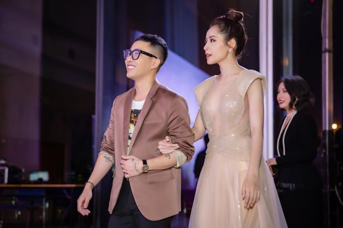 Trong sự kiện thời trang mới đây diễn ra tại thủ đô Hà Nội, Chi Pu và stylist Hoàng Ku gây chú ý trên thảm đỏ khi cả hai tay trong tay sánh bước tình cảm. Nữ ca sĩ chọn thiết kế xuyên thấu vô cùng gợi cảm.
