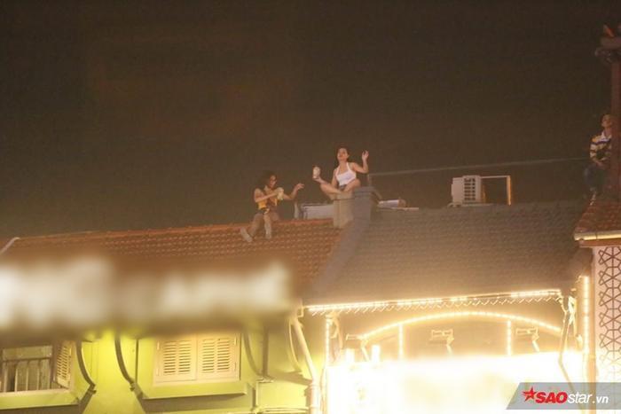 """Fan quẩy nhiệt cùng Sơn Tùng và """"lên nóc nhà"""" theo đúng nghĩa đen."""