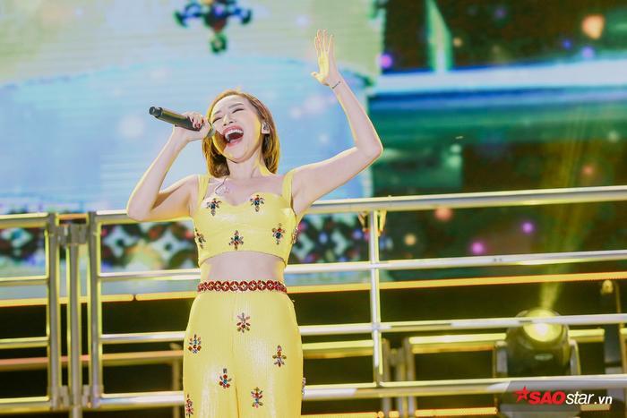 Dù phải nhảy khá nhiều thế nhưng cô nàng vẫn hát live siêu mượt.
