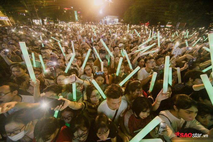 """Theo yêu cầu của Tóc Tiên, người hâm mộ đồng loạt mở đèn flash tạo thành """"cơn mưa ánh sáng""""."""