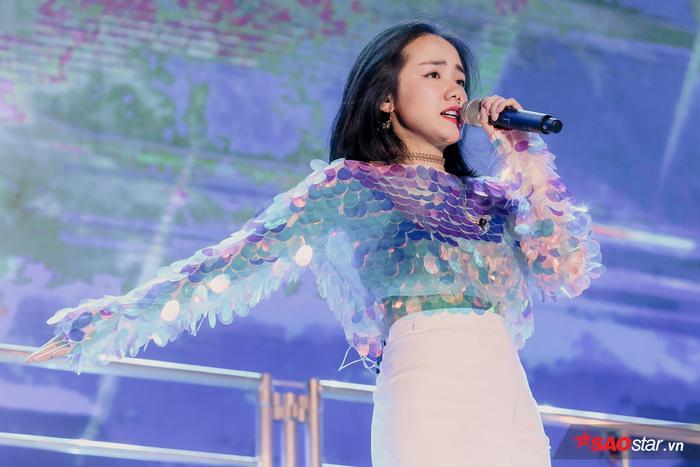 Ngoài Tóc Tiên, đêm nhạc còn có sự xuất hiện của Phương Ly với loạt hit gửi tặng khán giả như Mặt trời của em, Người nào đó, Cùng anh.