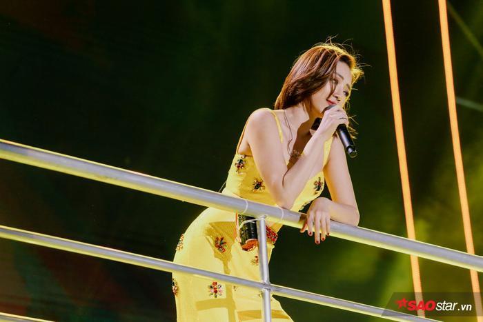 Để lên được bậc sân khấu này, Tóc Tiên đã phải lùi về phía sau làm người hâm mộ nghĩ rằng cô… đi về thật.