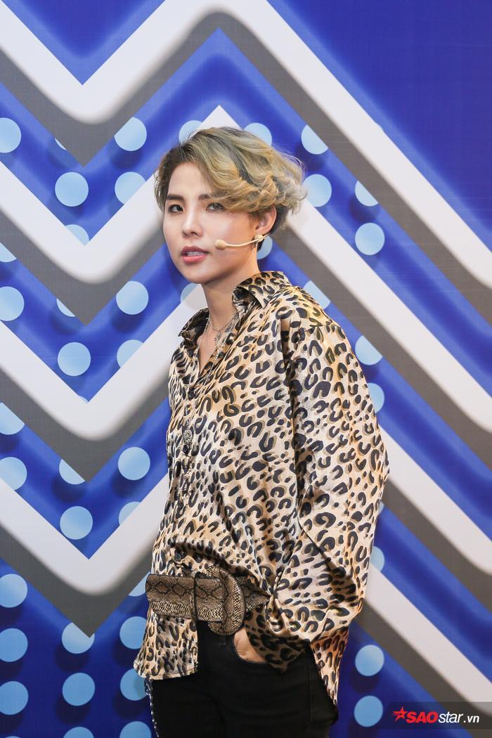 Clip hot: Soobin Hoàng Sơn 'nhõng nhẽo' đòi Vũ Cát Tường phải đội tóc giả cùng mình
