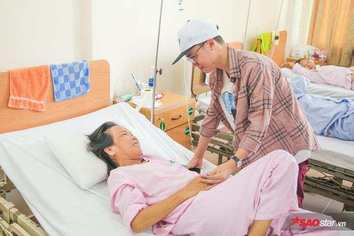 Nhớ mẹ sau thời gian không gặp mặt, Minh Nhật òa khóc khi thấy vết mổ còn mới trên cổ mẹ.