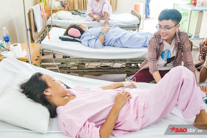 Minh Nhật ân cần bóp chân tay cho mẹ…