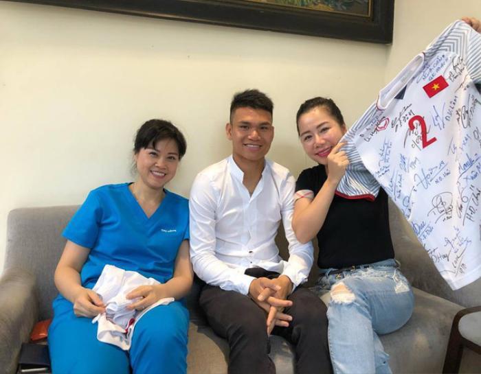 Tái xuất với thần thái sang trọng quý phái khi chụp ảnh cùng Xuân Mạnh U23 Việt Nam, vợ đại gia kim cương Chu Đăng Khoa nhận 'cơn mưa' lời khen