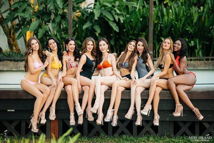 Top 9 người đẹp cùng nhau khoe sắc trong những bộ áo tắm gợi cảm.
