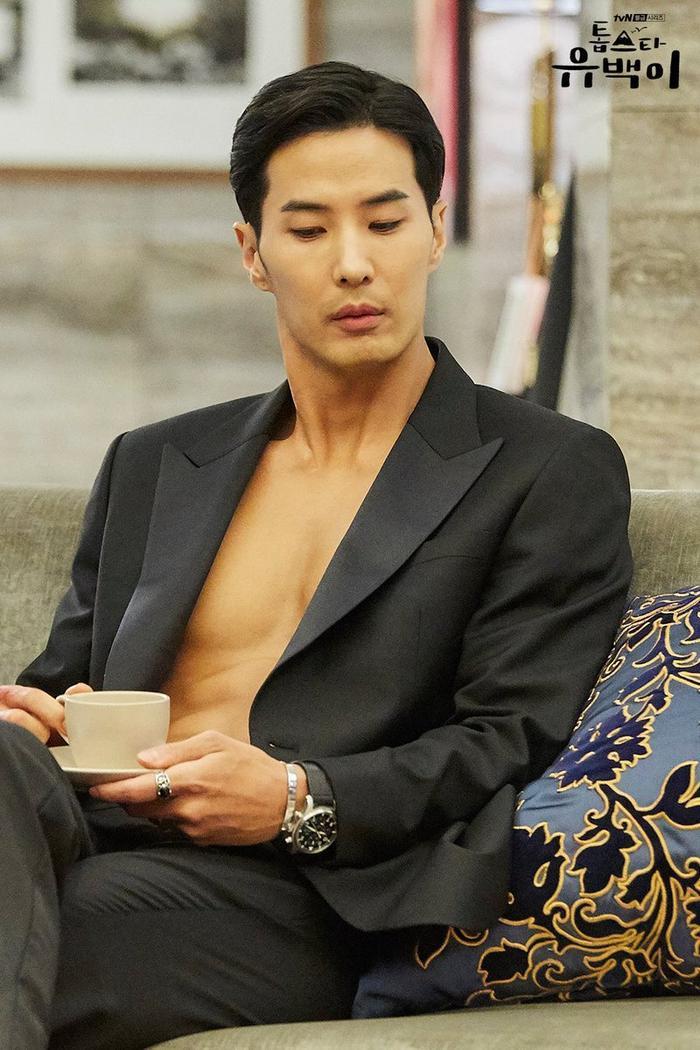 Nam diễn viên Kim Ji Suk với tạo hình một ngôi sao nổi tiếng vô cùng tự tin và có chút kiêu ngạo.