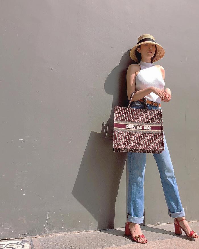 Một chiếc túi khác cũng từ thương hiệu Dior có tên Dior Tote Bag có giá 55 triệu đồng.