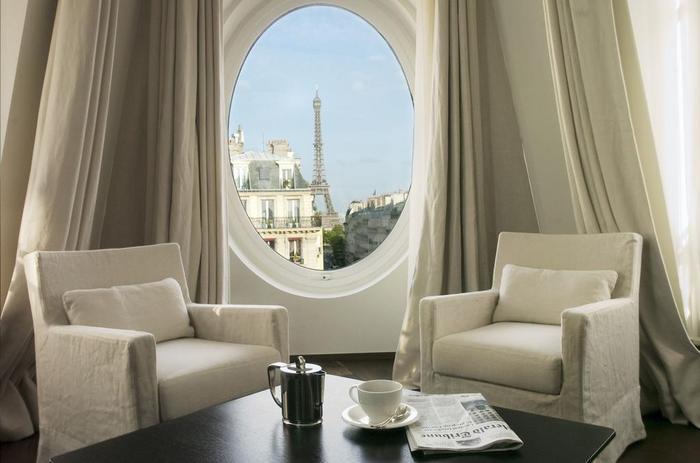 """Chiếc cửa sổ hình oval có lẽ là nét đặc trưng nhất mỗi khi nhắc đến khách sạn Le Metropolitan a Tribute Portfolio. Đây cũng là """"góc sống ảo"""" được du khách lựa chọn và chụp hình nhiều nhất vì quá ấn tượng."""