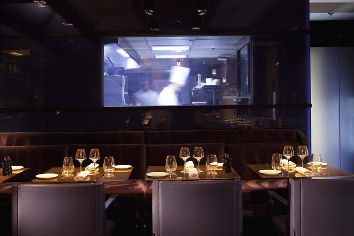 Ngồi ở bàn ăn có thể quan sát được quy trình chế biến món ăn của các đầu bếp trong khách sạn qua hệ thống camera.