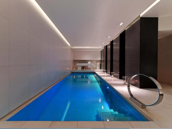 Khu vực bể bơi trong nhà của khách sạn.