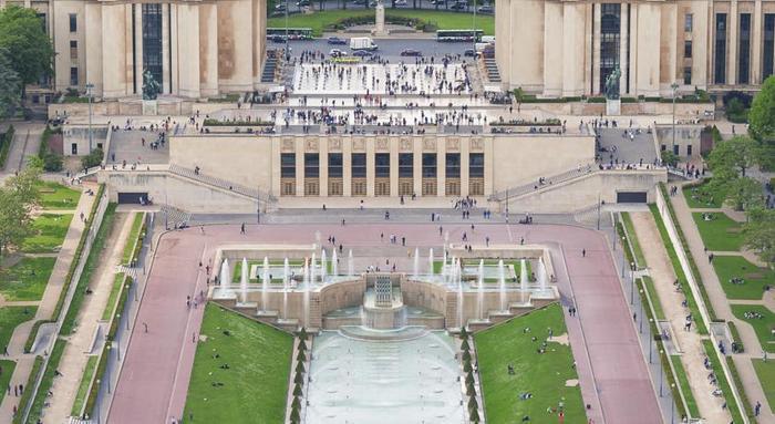 Đứng ở khách sạn có thể bao quát được quảng trường của thủ đô Paris.