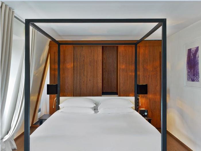 Còn gì tuyệt vời hơn khi hàng ngày được thức giấc trên chiếc giường sang trọng này?