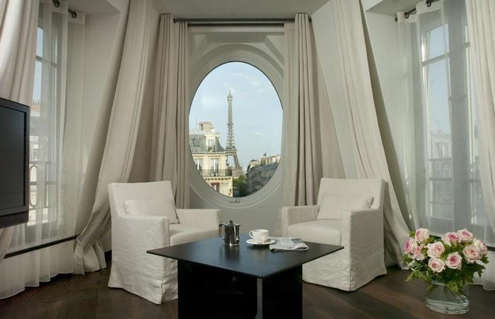 Tòa nhà gồm 7 tầng, có tầm nhìn siêu đẹp hướng thẳng ra tháp Eiffel. Du khách có thể vừa ngồi trong phòng vẫn có thể ngắm trọn tòa tháp kinh điển này.