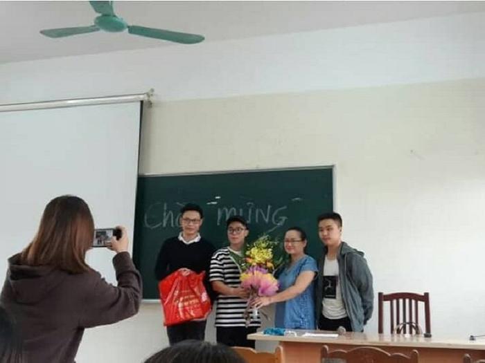 Cô giáo chủ nhiệm cười rạng rỡ khi nhận được những món quà ý nghĩa đến từ 3 nam sinh viên của lớp.