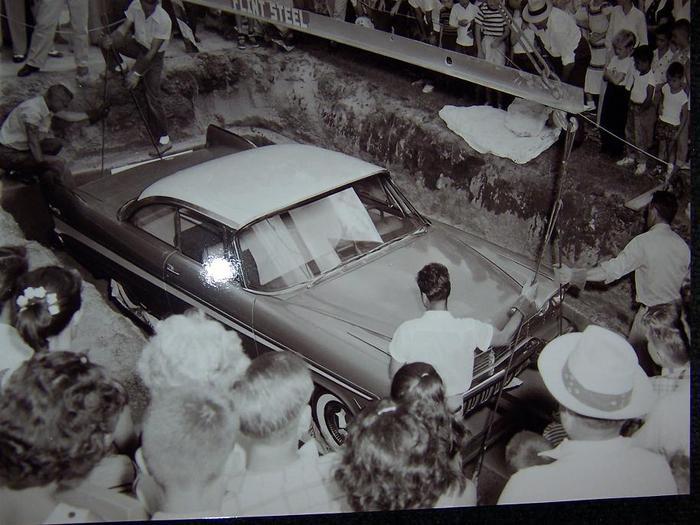 Đem siêu xe đi chôn để 50 năm sau thành kho báu, nhưng khi đào lên thì ai cũng hết hồn ảnh 1