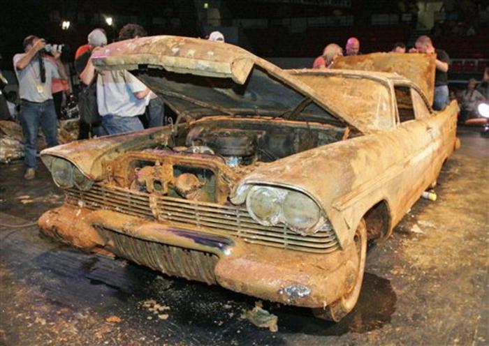 Đem siêu xe đi chôn để 50 năm sau thành kho báu, nhưng khi đào lên thì ai cũng hết hồn ảnh 5