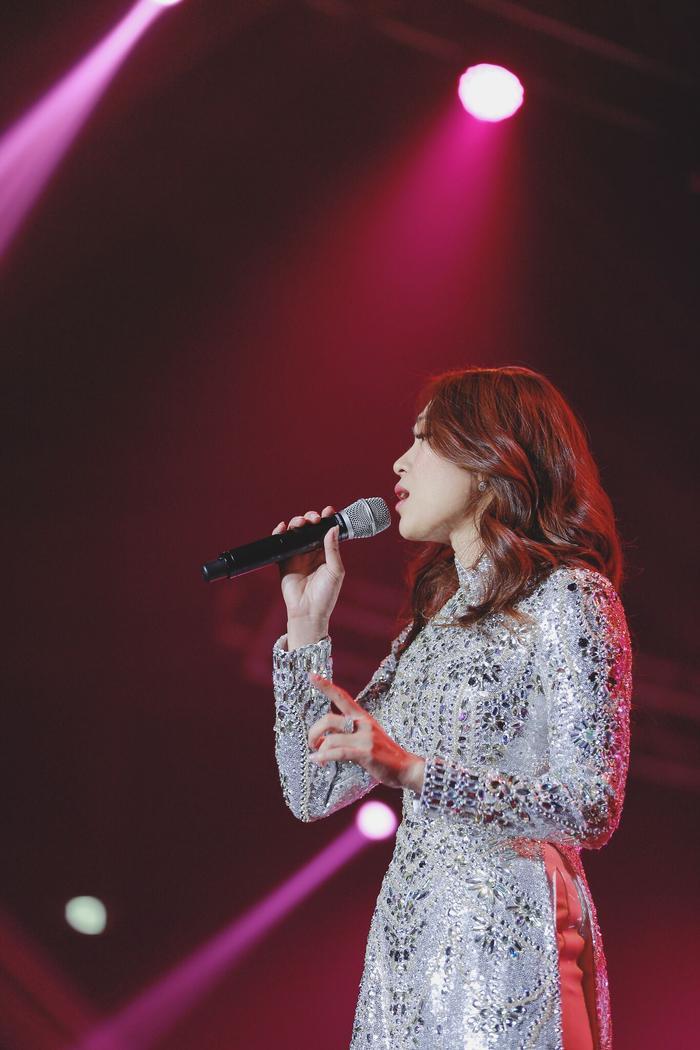 Hé lộ về chiếc áo dài lấp lánh tựa sao trời giúp chị đại Mỹ Tâm chiếm trọn tim khán giả Hàn Quốc ảnh 5