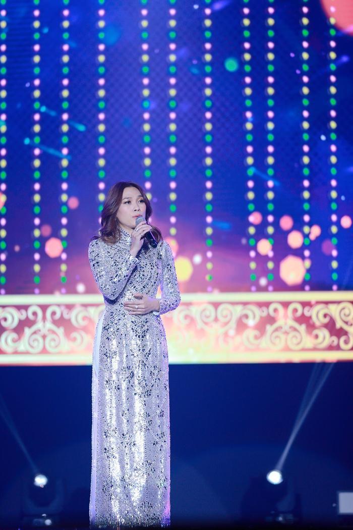 Chiếc áo dài lấp lánh tựa sao trời khiến fan Việt tự hào còn fan Hàn say đắm