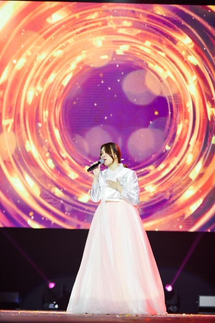 Bộ cánh tiếp theo nhận được nhiều chú ý là thiết kế Hanbok tông màu pastel sang trọng, thanh nhã.