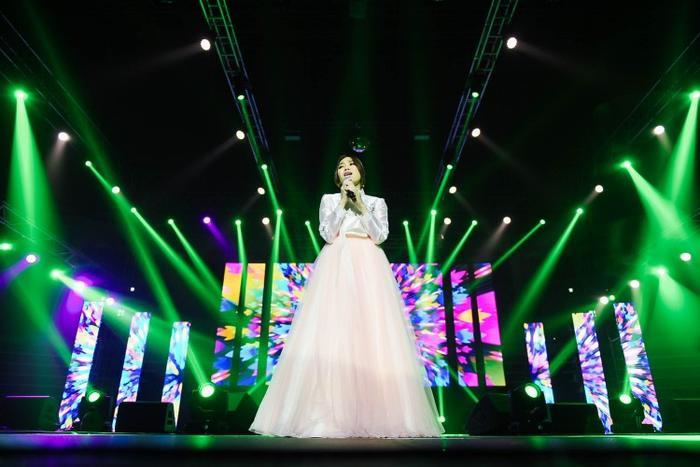 Tưởng chừng như với gam màu sáng, nữ ca sĩ sẽ trở nên nhạt nhòa. Ấy nhưng hòa cùng ánh sáng sân khấu, nữ ca sĩ đình đám tại Việt Nam đã có màn trình diễn ấn tượng.