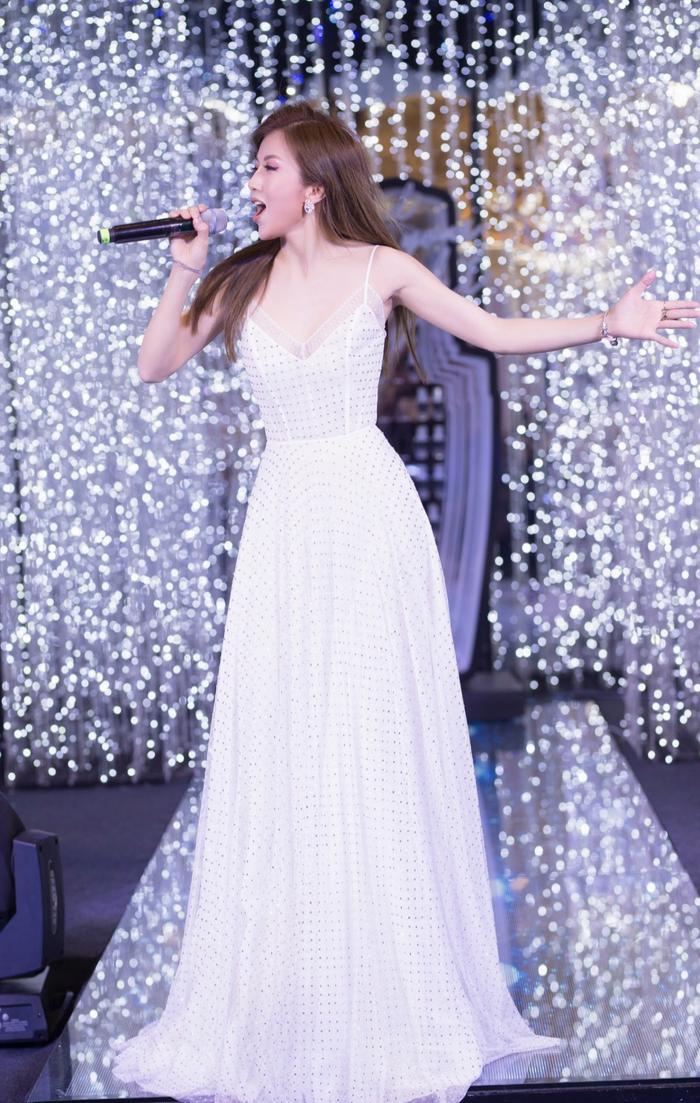 """Nữ ca sĩ đã đem tới những ca khúc tiếng Pháp làm """"hớp hồn"""" khán giả có mặt."""