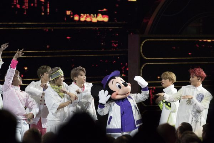 NCT 127 đáng yêu giao lưu cùng Micky Mouse trên sân khấu.