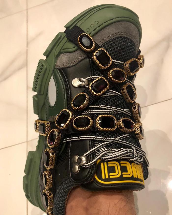 """Một đôi sneaker ấn tượng với thiết kế đính đá cực hot của Gucci cũng đang """"ngự"""" trên chân Trấn Thành."""