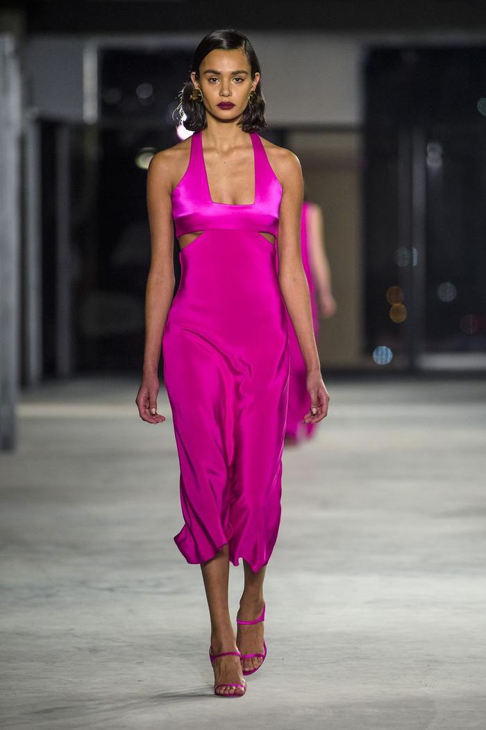 Cushnie et Ochs tung ra chiếc đầm hồng lụa sa tin đẹp tuyệt diệu