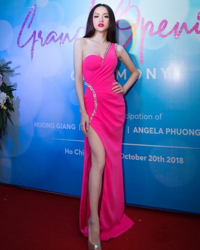 Tuy màu hồng này vô cùng kén người nhưng vô tay Hương Giang là đẳng cấp khác hẳn.