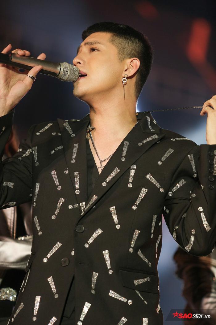 Tiếp nối bằng Đến với nhau là sai, nam ca sĩ hoàn thành trọn vẹn vai trò người mở màn khuấy động không khí đêm nhạc.