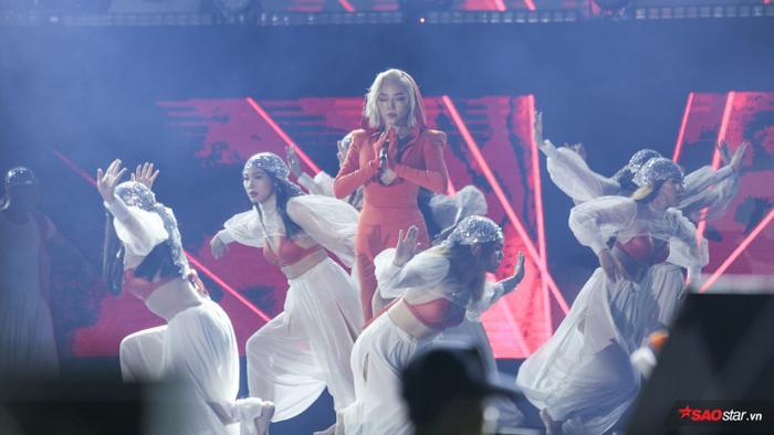 Tóc Tiên bắn rap điên đảo, debut stage #KAHEDA cùng Soobin Hoàng Sơn gia nhiệt đêm nhạc khủng ảnh 1