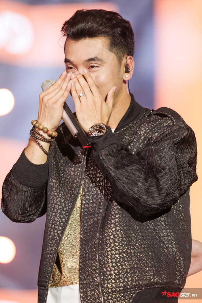 Anh xúc động bật khóc ngay trên sân khấu.