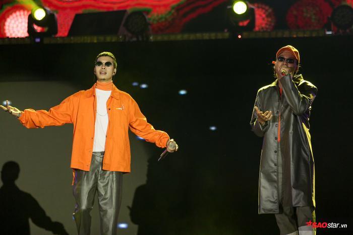 Hai chàng trai đã góp phần khiến cho đêm nhạc thêm trọn vẹn với những ca khúc tươi trẻ của mình.