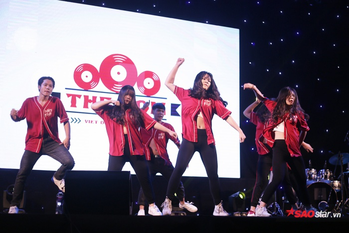 Các nữ sinh của trường THPT Việt Đức khoe vẻ đẹp khỏe khoắn trong vũ đạo sôi động