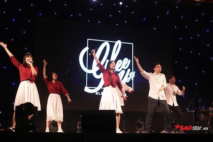 Bên cạnh các tiết mục của dàn nghệ sĩ khách mời, chương trình còn có sự tham gia của các CLB âm nhạc, nghệ thuật đến từ các trường THPT trên địa bàn thành phố