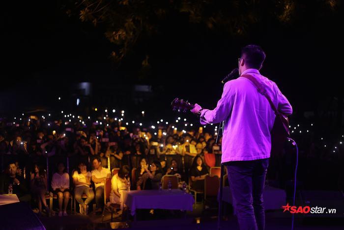 Hàng ngàn khán giả trẻ đã cùng hòa nhịp với những giai điệu của Vũ trên sân khấu