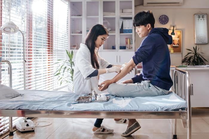 """""""Cô y tá"""" Hòa Minzy chăm sóc cho Quốc Anh đầy tình cảm."""