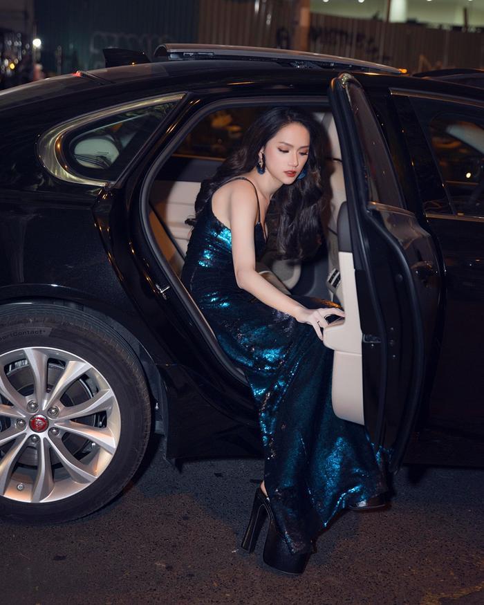 Hương Giang là sao nữ có nhiều kiểu ảnh độc đáo khi bước ra khỏi xe.