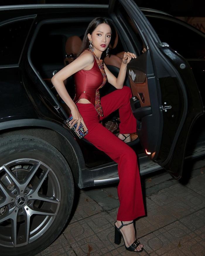 """Đây là cách nàng hậu khoe trọn áo váy, đôi chân thon dài và thần thái thuộc vào dạng """"thường thừa""""."""