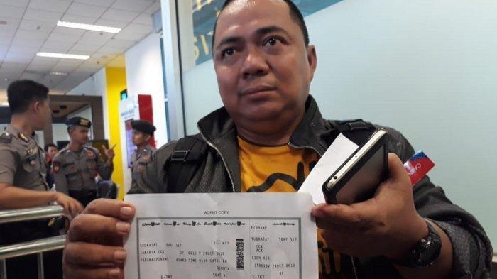 Ông Sony Setiawan cầm tấm vé lên chuyến bay JT610 sáng 29/10. Ảnh: Tribunnews.com