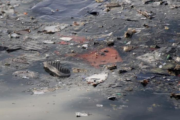 Mảnh vỡ máy bay cùng vật dụng của hành khách trôi nổi trên mặt nước tại hiện trường vụ tai nạn. Ảnh: EPA