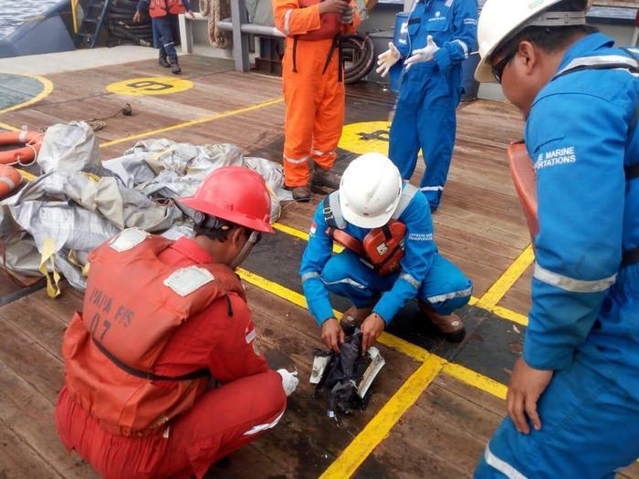 Đội cứu hộ trục vớt những đồ vật trôi nổi tại khu vực máy bay JT610 rơi xuống. Ảnh: Reuters.