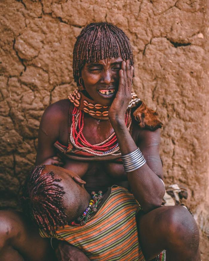 """Bộ tộc Hamar còn thực hành nghi lễ giết trẻ sơ sinh. Những em bé được cho là """"mingi"""", mang điềm xấu cho bộ tộc sẽ bị bỏ lại một mình trong rừng hoặc bị để chết đói."""