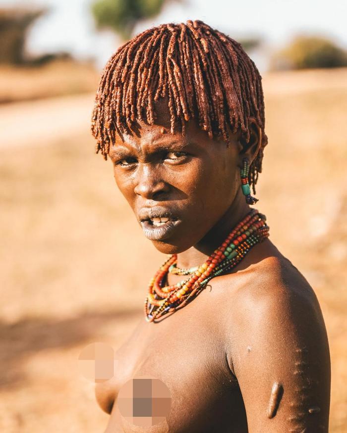 """""""Những gì bạn có thể thấy trong những bức ảnh này là hai bộ tộc đều sống ở dọc phía nam của Ethiopia. Tôi đang cố gắng để giới thiệu nền văn hóa và lối sống của họ - những điều dường như rất ít thay đổi dù nhiều thế kỷ đã trôi qua"""", nhiếp ảnh gia người Thái Lan chia sẻ"""