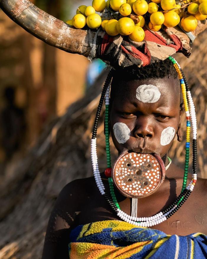 Còn bộ tộc Mursi nổi tiếng với tục căng môi bằng đĩa để thể hiện sự trưởng thành của họ. Kích thước của môi càng lớn thì người phụ nữ này sẽ càng đắt giá. Thường sính lễ mà nhà trai mang đến để đón dâu sẽ được tính bằng gia súc.