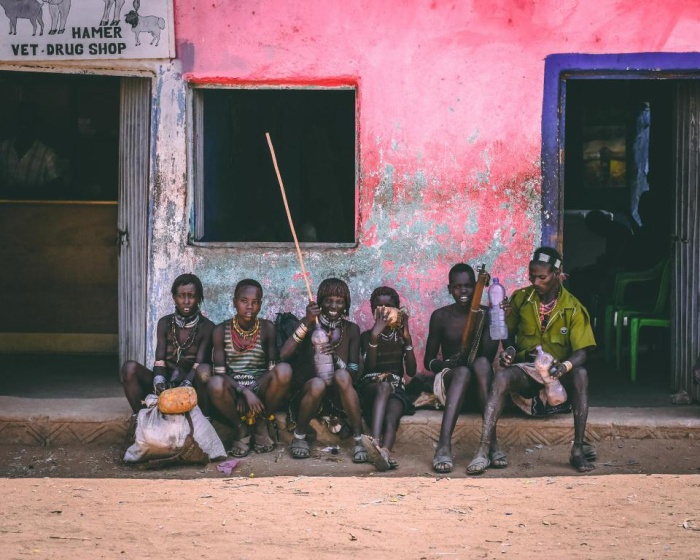 Những người đàn ông của bộ tộc Hamar đang nghỉ ngơi bên ngoài một cửa hàng.
