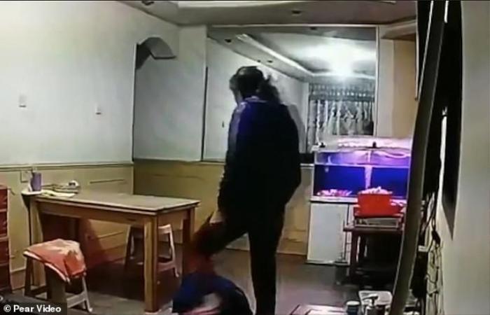 Kiểm tra camera an ninh, con trai sốc trước hành động của người giúp việc với cha mình